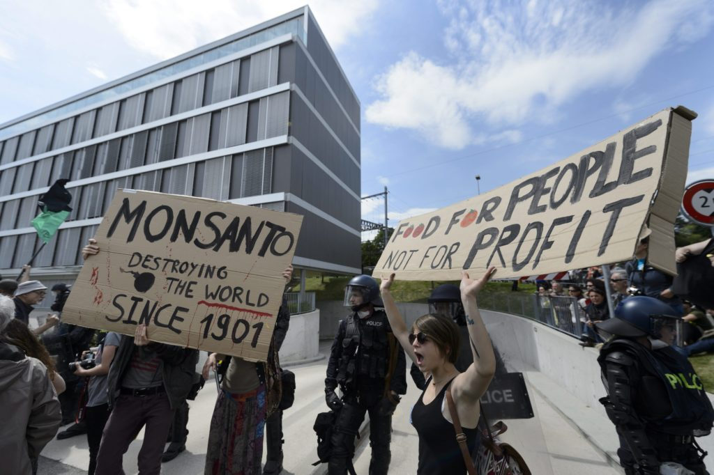 2015-05-23 15:09:38 epa04763394 Social Activists demonstrate during a World March against Monsanto in front of the headquarter Europe-Middle East-Africa of the American multinational agrochemical and agricultural biotechnology, in Morges, Switzerland, May 22, 2015. Marches and rallies against Monsanto and genetically modified organisms (GMO) food and seeds were held in 428 cities of 38 countries in a global campaign highlighting the dangers of GMO Food. EPA/LAURENT GILLIERON