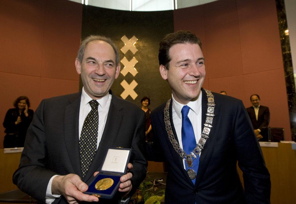 2010-03-31 17:05:00 AMSTERDAM - Job Cohen (L) ontvangt bij zijn afscheid de Gouden ere-medaille van de stad Amsterdam, uit handen van waarnemend burgemeester Lodewijk Asscher. Tijdens een raadsvergadering neemt oud-burgemeester Job Cohen woensdag afscheid van de Amsterdamse gemeenteraad en voormalige raadsleden en wethouders. Cohen werd op 17 januari 2001 geinstalleerd door de gemeenteraad en op 15 januari 2007 herbenoemd voor een tweede ambtsperiode. Onlangs stapte hij op om lijsttrekker van de PvdA bij de Tweede Kamerverkiezingen te worden, in de plaats van Wouter Bos. ANP MARCEL ANTONISSE