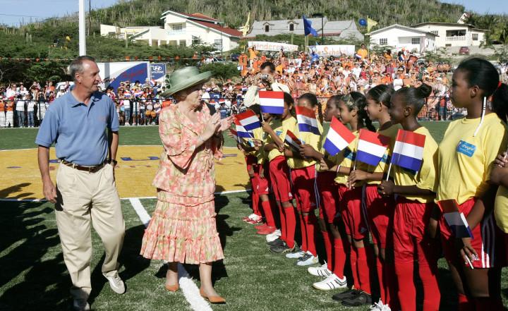 2006-11-06 00:00:00 ORANJESTAD - Koningin Beatrix en Johan Cruyff openen samen het nieuwe voetbalveld van Jaburibari. Koningin Beatrix is maandagochtend officieel begonnen aan haar bezoek aan de Nederlandse Antillen en Aruba. Bij de opening van dit Cruyff Court is ook staatssecretaris van Sport Clemence Ross-Van Dorp aanwezig. ANP PHOTO BENELUX PRESS LEX VAN LIESHOUT