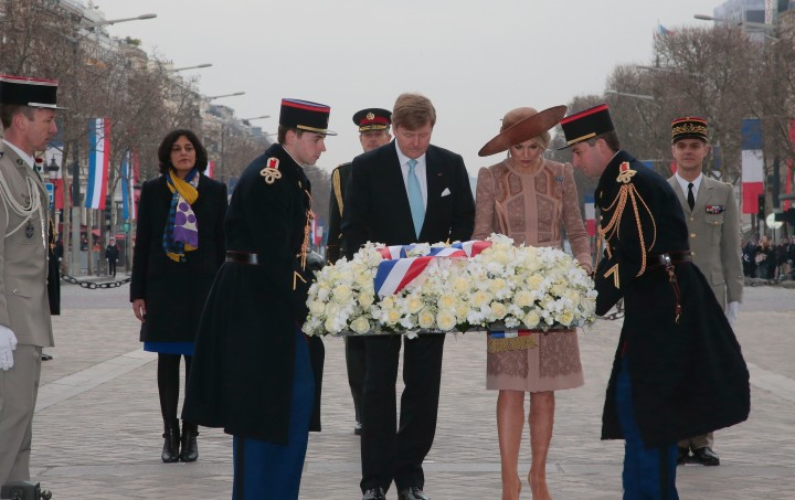 2016-03-10 09:08:40 King Willem Alexander (C) and Queen Maxima (2ndR) of the Netherlands lay flowers in front of the tomb of the Unkown Soldier at the Arc de Triomphe during a welcoming ceremony at the start of their state visit to France, on March 10, 2016 in Paris. / AFP PHOTO / POOL / JACQUES DEMARTHON