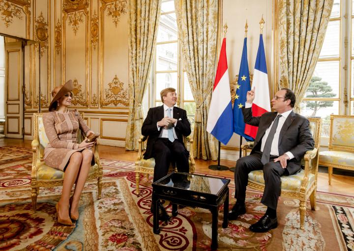 2016-03-10 09:38:02 PARIJS - Koning Willem-Alexander en koningin Maxima worden verwelkomd door president Francois Hollande. Het koningspaar brengt een tweedaags staatsbezoek aan Frankrijk. ANP ROYAL IMAGES ROBIN VAN LONKHUIJSEN