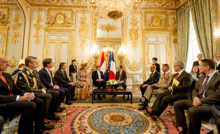 2016-03-10 10:22:05 PARIJS - Koning Willem-Alexander en koningin Maxima worden verwelkomd door president Francois Hollande. Het koningspaar brengt een tweedaags staatsbezoek aan Frankrijk. ANP ROYAL IMAGES ROBIN VAN LONKHUIJSEN