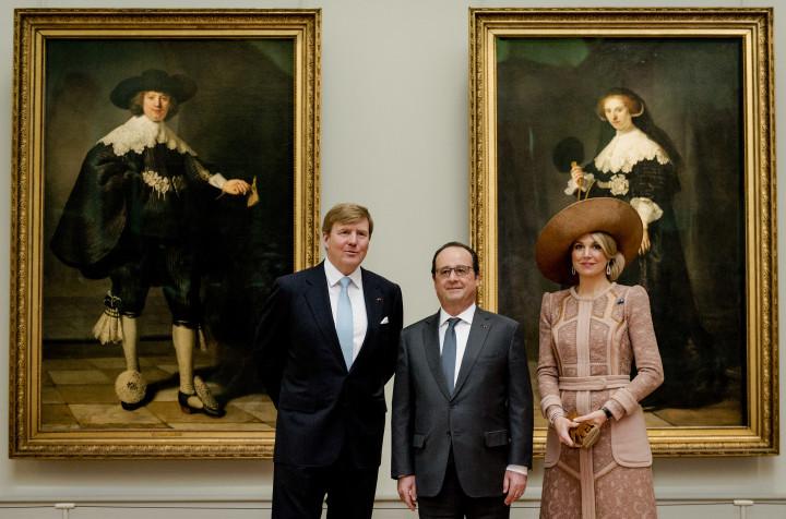 2016-03-10 11:07:20 PARIJS - Koning Willem-Alexander en koningin Maxima bekijken in museum Het Louvre Rembrandts huwelijksportretten van Maerten Soolmans en Oopjen Coppit uit 1634. De doeken zijn aan Nederland en Frankrijk verkocht en zijn na een restauratie afwisselend in het Rijksmuseum en het Louvre te zien. Het koningspaar brengt een tweedaags staatsbezoek aan Frankrijk. ANP ROYAL IMAGES ROBIN VAN LONKHUIJSEN