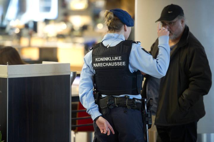 2016-03-22 11:11:41 SCHIPHOL - De marechaussee voert extra patrouilles uit op luchthaven Schiphol, in reactie op de aanslagen in de vertrekhal van de luchthaven van Brussel en op een Brussels metrostation. ANP EVERT ELZINGA