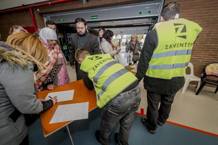 2016-03-22 00:00:00 BRUSSEL - In de sporthal van Zaventem worden reizigers opgevangen. Bij een aanslag in de vertrekhal van de luchthaven van Brussel zijn veel slachtoffers gevallen. ANP JONAS ROOSENS