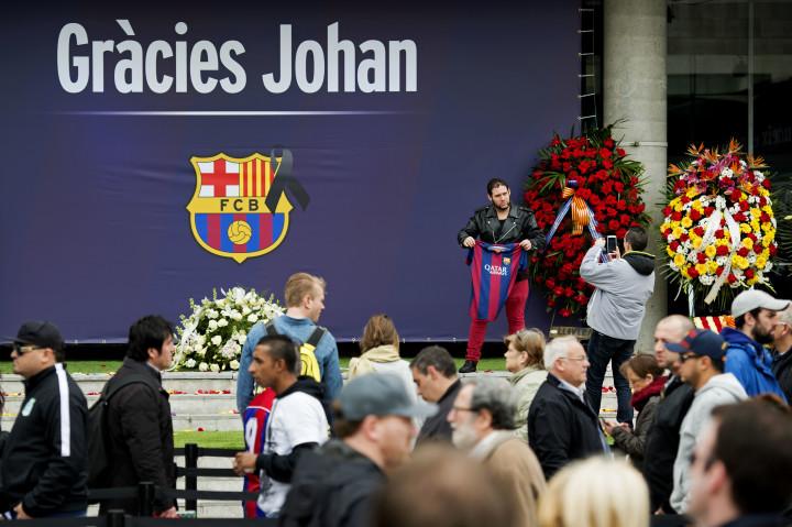 2016-03-26 10:44:48 BARCELONA - Veel fans hebben zich verzameld bij Camp Nou, het stadion van FC Barcelona, om de laatste eer aan de overleden Johan Cruijff te brengen. Er is een condoleance-register geopend en mensen lopen langs een groot portret van Cruijff. ANP OLAF KRAAK