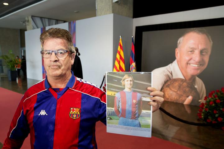 2016-03-26 10:52:42 BARCELONA - Een fan toont een foto met handtekening van voetballer Johan Cruijff uit 1994. Veel fans hebben zich verzameld bij Camp Nou, het stadion van FC Barcelona, om de laatste eer aan de overleden Johan Cruijff te brengen. Er is een condoleance-register geopend en mensen lopen langs een groot portret van Cruijff. ANP OLAF KRAAK
