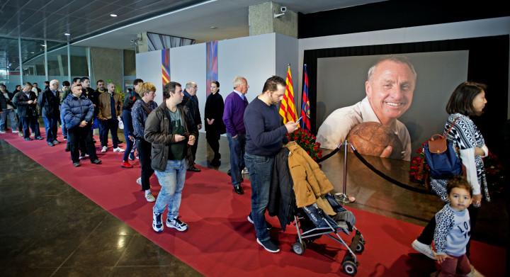 2016-03-26 10:45:52 BARCELONA - Veel fans hebben zich verzameld bij Camp Nou, het stadion van FC Barcelona, om de laatste eer aan de overleden Johan Cruijff te brengen. Er is een condoleance-register geopend en mensen lopen langs een groot portret van Cruijff. ANP OLAF KRAAK