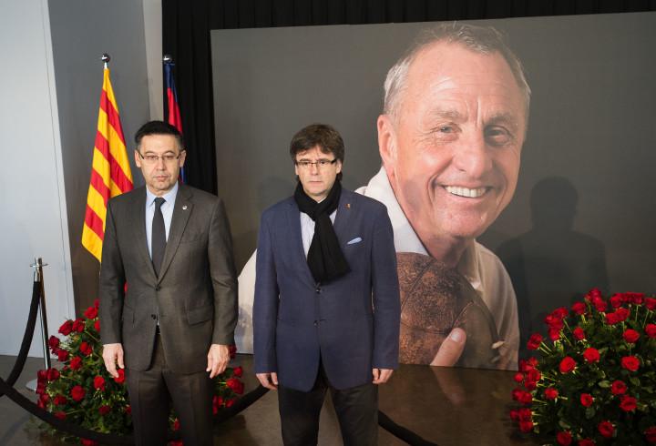 2016-03-26 10:26:10 BARCELONA - President Josep Maria Bartomeu (L) van FC Barcelona en premier Carles Puigdemont van Catalonie poseren voor het portret van Johan Cruijff. Veel fans hebben zich verzameld bij Camp Nou, het stadion van FC Barcelona, om de laatste eer aan de overleden Johan Cruijff te brengen. Er is een condoleance-register geopend en mensen lopen langs een groot portret van Cruijff. ANP OLAF KRAAK