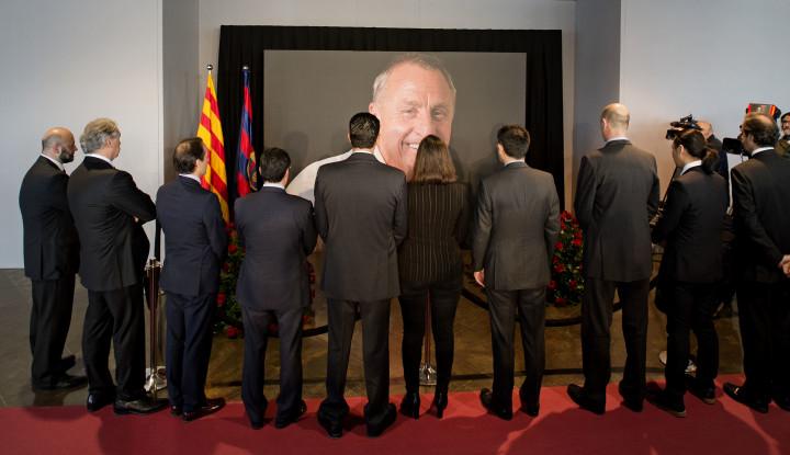 2016-03-26 10:04:26 BARCELONA - Veel fans hebben zich verzameld bij Camp Nou, het stadion van FC Barcelona, om de laatste eer aan de overleden Johan Cruijff te brengen. Er is een condoleance-register geopend en mensen lopen langs een groot portret van Cruijff. ANP OLAF KRAAK