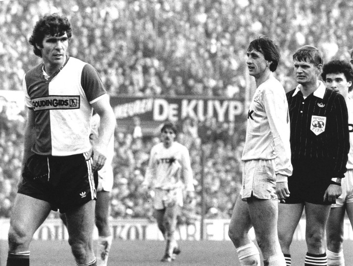 1982-11-28 12:00:00 Voetbal eredivisie Feyenoord-Ajax 2-2. De twee 'oudjes' Willem van Hanegem (l) en Johan Cruijff in gesprek tijdens de vanmiddag gespeelde topper.