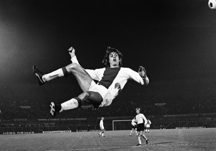 1971-10-15 00:00:00 AMSTERDAM - DWS - Ajax: 0-1. Een omhaal van de Ajax-speler Johan Cruijff bij een aanval op het DWS doel. ANP PHOTO