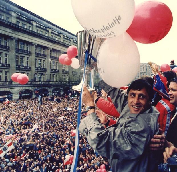 1987-05-14 00:00:00 Een overgelukkige Johan Cruijff houdt donderdagmiddag de EC II Cup vast tijdens de huldiging op het Leidseplein. ANP Photo Marcel Antonisse