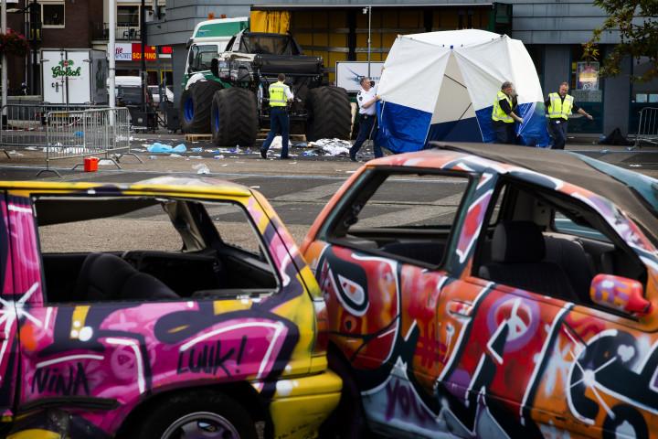 2014-09-28 00:00:00 HAAKSBERGEN - Onderzoek op de plaats waar bij een evenement een monstertruck het publiek in is gereden. Er zijn hierbij doden en gewonden gevallen. ANP VINCENT JANNINK