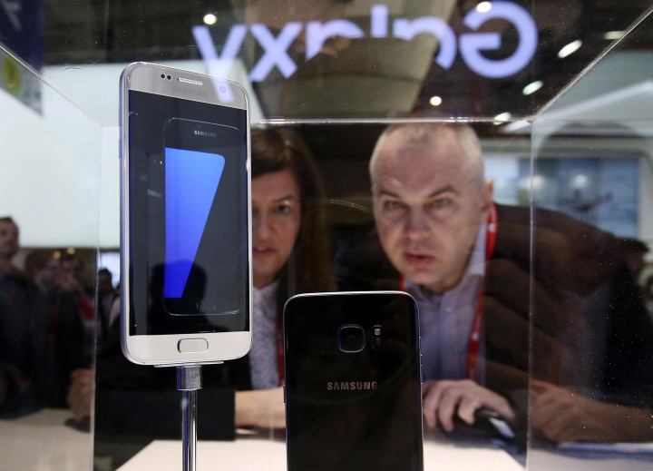 2016-02-22 08:32:47 epa05175905 Visitors to the Mobile World Congress take a close look at the Galaxy S7, the new flagship smartphone from South Korean tech leader Samsung Electronics, in Barcelona, Spain, 22 February 2016. The new device was uncloaked a day earlier at the 'Unpacked' event, where the company also introduced the Galaxy S7 Edge and a virtual reality camera. EPA/YONHAP EPA/YONHAP SOUTH KOREA OUT