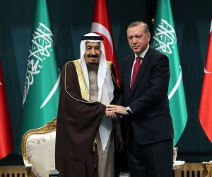 2016-04-12 13:08:56 Turkish President Recep Tayyip Erdogan (R) shakes hands with King Salman of Saudi Arabia after the Saudi monarch received Turkey's highest state medal during a ceremony at the presidential complex in Ankara on April 12, 2016. / AFP PHOTO / ADEM ALTAN