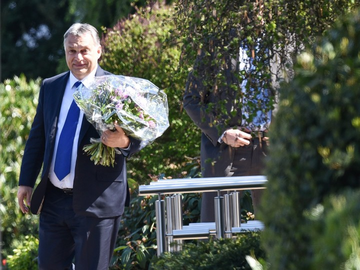 2016-04-19 00:00:00 epa05266686 Hungary's Prime Minister Viktor Orban carries a flower bouquet as he arrives for a visit to the residence of former German Chancellor Helmut Kohl (not pictured) in Oggersheim, Germany, 19 April 2016. EPA/UWE ANSPACH