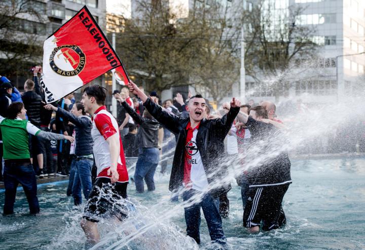 2016-04-24 20:13:26 ROTTERDAM - Feyenoord fans vieren op Hofplein dat hun club de KNVB beker heeft gewonnen. ANP ROBIN VAN LONKHUIJSEN