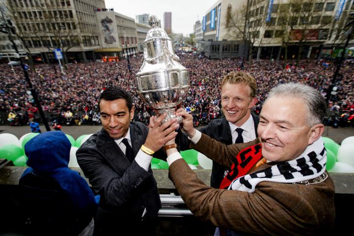 2016-04-25 11:50:57 ROTTERDAM - Giovanni van Bronckhorst, Dirk Kuijt en Burgemeester Ahmed Aboutaleb op balkon van het Stadhuis van Rotterdam nadat de Rotterdamse voetbalclub de KNVB Beker heeft veroverd. De Rotterdammers versloegen FC Utrecht met 2-1. ANP ROBIN VAN LONKHUIJSEN
