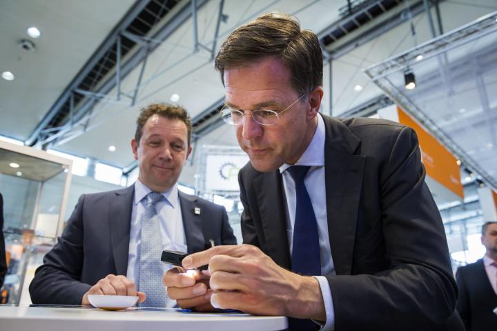 2016-04-25 11:08:52 HANNOVER - Minister-president Mark Rutte brengt een bezoek aan de Hannover Messe. Nederland is met zo'n 180 bedrijven en kennisinstellingen op de grootste industriebeurs ter wereld vertegenwoordigd. ANP VINCENT JANNINK