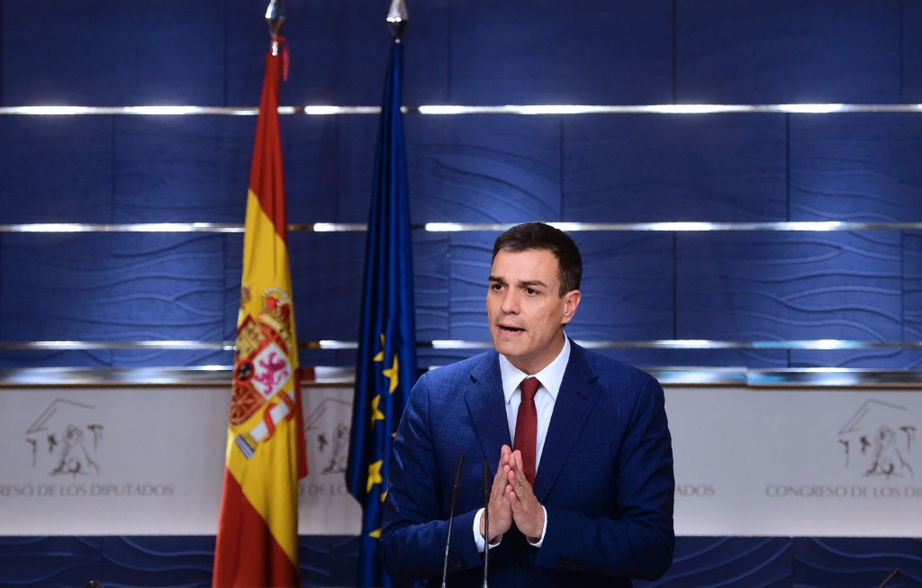2016-04-26 16:21:54 Leader of the Socialist Party (PSOE) Pedro Sanchez arrives to give a press conference at the Spanish parliament in Madrid, on April 26, 2016. Spain was offered a glimmer of hope today after parties restarted coalition talks in a surprise, eleventh-hour move just as the deadline to form a government drew to a close and fresh elections threatened. / AFP PHOTO / PIERRE-PHILIPPE MARCOU