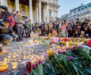 2016-03-22 18:18:25 BRUSSEL - Op het Beursplein zoeken honderden mensen steun bij elkaar na de aanslagen in Zaventem en Brussel. Er worden kaarsen aangestoken, bloemen neergelegd en met stoepkrijt boodschappen op de grond geschreven. ANP JONAS ROOSENS