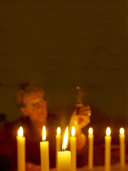Nederland, Schijndel, 12 november 2004. Bij Bolsius Kaarsen worden kwaliteitstesten uitgevoerd. Kwaliteitsmanager meet de hoogte van de vlam, kwaliteitscontrole. Het bedrijf is de grootste producent van kaarsen in Nederland. Kaarslicht, romantiek, sfeerverlichting, brandduur van kaarsen. Foto: Dolph Cantrijn/Hollandse Hoogte