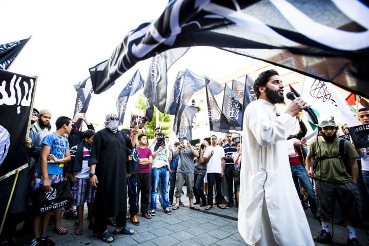2014-07-24 00:00:00 DEN HAAG - De van ronselen voor de jihad verdachte Azzedine C. (L) spreekt tijdens een pro IS-demonstratie in de Haagse Schilderswijk. ANP