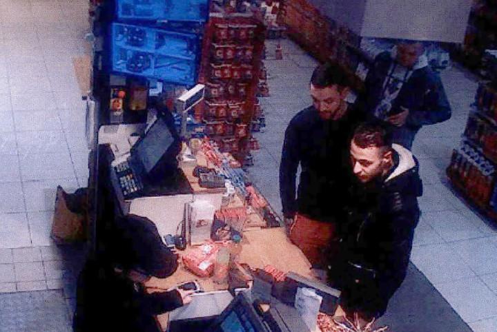 Camerabeelden van Mohamed Abrini met Salah Abdeslam bij het tankstation langs de Franse snelweg - Foto: AFP