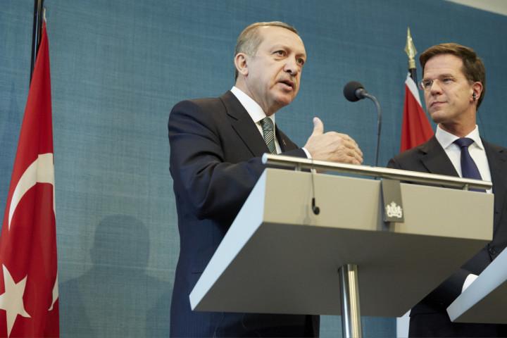 2013-03-21 15:49:14 DEN HAAG - Premier Mark Rutte (R) en zijn Turkse collega Recep Tayyip Erdogan tijdens de persconferentie na hun bespreking in het Catshuis. Erdogan brengt op uitnodiging van Rutte een officieel bezoek aan Nederland. ANP MARTIJN BEEKMAN