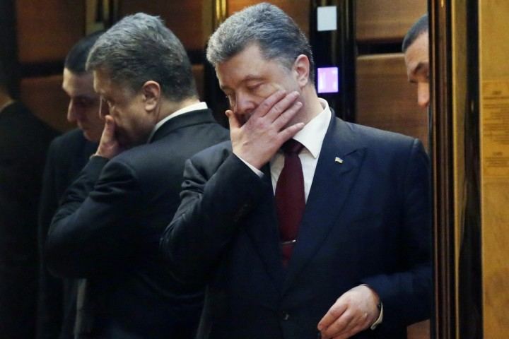 2015-02-12 11:52:58 epa04615479 Ukrainian President Petro Poroshenko in an elevator as he leaves the Ukrainian peace negotiations in Minsk, Belarus, 12 February 2015. A ceasefire agreement for Ukraine has been reached at peace talks in Belarus and will take effect at midnight on 15 February, Russian President Vladimir Putin said after talks with German Chancellor Angela Merkel. EPA/TATYANA ZENKOVICH / POOL