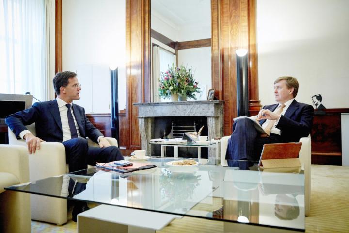 2015-03-23 15:15:54 DEN HAAG - Koning Willem-Alexander en minister-president Mark Rutte tijdens hun wekelijks gesprek op paleis Noordeinde. ANP ROTAPOOL MARTIJN BEEKMAN
