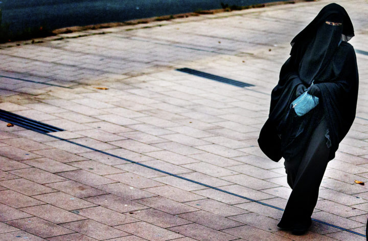 2014-12-01 15:20:34 DEN HAAG - Belangstellenden arriveren bij het Haagse Paleis van Justitie, waar de rechtbank zich boog over diverse zaken rondom terrorisme- en ronselaarverdachten. ANP JERRY LAMPEN