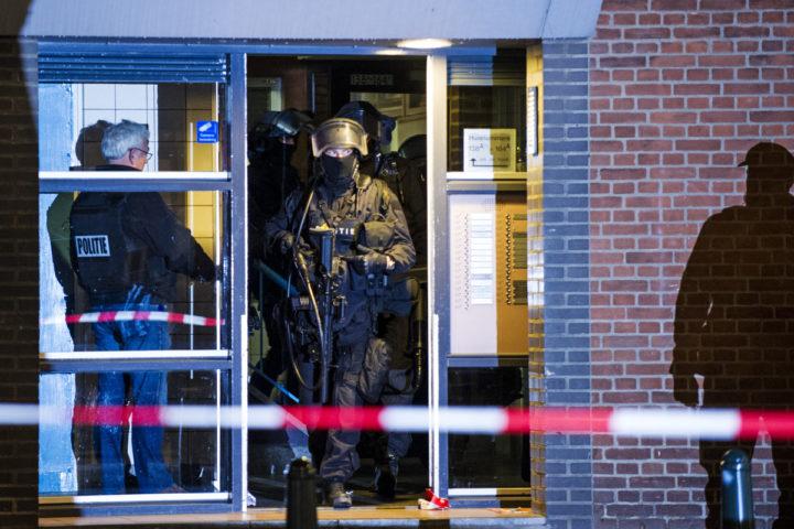 2016-03-27 00:00:00 ROTTERDAM - Een arrestatieteam bij een flat op de Mathenesserweg tijdens een anti-terreuractie in Rotterdam-West. Eerder op de dag werd een 32-jarige Fransman gearresteerd die wordt verdacht van betrokkenheid bij het voorbereiden van een terroristische aanslag. ANP MARTEN VAN DIJL
