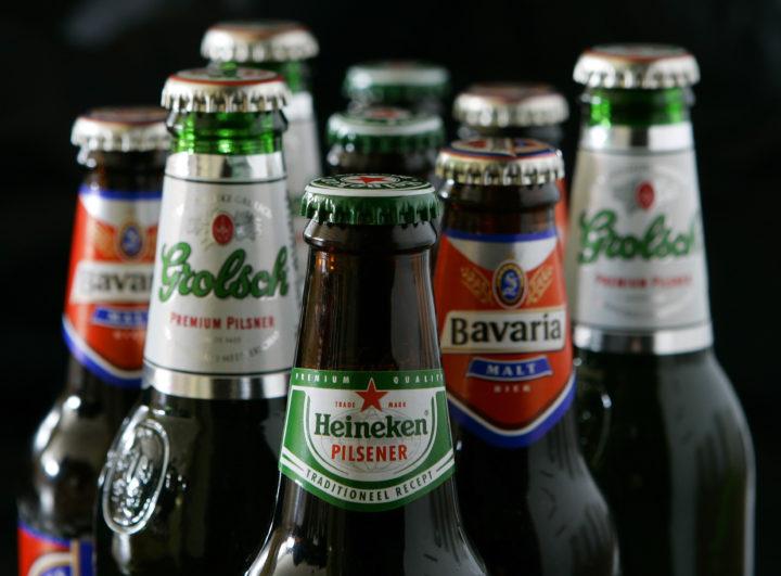2007-04-18 00:00:00 BRUSSEL - De bierbrouwers Heineken, Grolsch en Bavaria hebben van de Europese Commissie gezamenlijk een boete van 274 miljoen euro gekregen voor verboden prijsafspraken. Dat heeft de Europese Commissie in Brussel woensdag besloten op voorstel van eurocommissaris Neelie Kroes (mededinging). De boete voor Heineken komt op 219 miljoen, voor Grolsch op bijna 32 miljoen, en Bavaria moet bijna 23 miljoen euro betalen. De boete voor Heineken is hoger, omdat het het grootste marktaandeel in Nederland heeft. ANP PHOTO VINCENT JANNINK