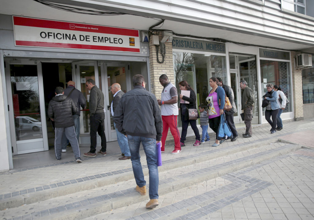 2016-04-28 08:23:00 ATTENTION EDITORS - SPANISH LAW REQUIRES THAT THE FACES OF MINORS ARE MASKED IN PUBLICATIONS WITHIN SPAIN People enter a government-run job centre in Madrid, Spain, April 27, 2016. REUTERS/Andrea Comas