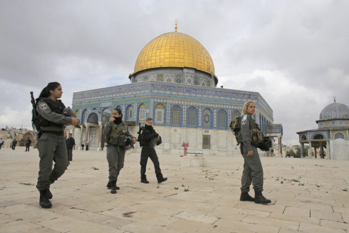 Israeli border police officers walks in front of the Dome of the Rock on the compound known to Muslims as Noble Sanctuary and to Jews as Temple Mount in Jerusalem's Old City November 5, 2014. Israeli security forces hurling stun grenades clashed with Palestinian stone-throwers at al-Aqsa mosque - a confrontation that has played out frequently over the past several weeks. REUTERS/Ammar Awad (JERUSALEM - Tags: POLITICS CIVIL UNREST RELIGION) - RTR4CY31