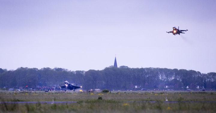 2016-05-23 21:16:03 LEEUWARDEN - De Joint Strike Fighter (L)(JSF of F-35) landt op Vliegbasis Leeuwarden gevolgd door een F-16.  Het is voor het eerst dat het gevechtsvliegtuig buiten de Verenigde Staten te zien zal zijn. Nederland heeft 37 Joint Strike Fighters aangeschaft als opvolger van de F-16. ANP VINCENT JANNINK