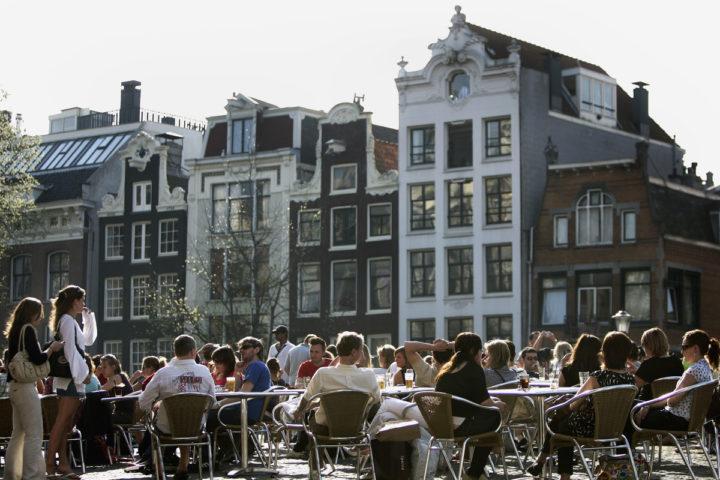 2007-04-14 16:03:51 AMSTERDAM - Zaterdag genieten in Amsterdam veel mensen van het warme voorjaarsweer. Dit weekend is het eerste echt warme weekend dit jaar in Nederland. De terrassen in Amsterdam zaten met het mooie weer goed vol, ANP PHOTO OLAF KRAAK