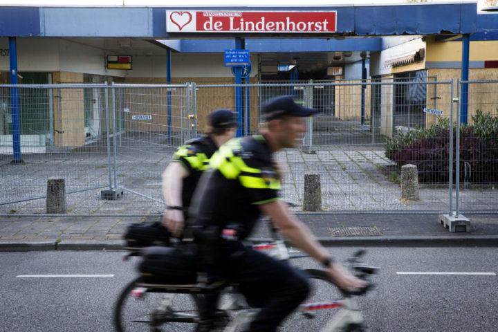 2016-05-04 20:38:59 EDE - Politieagenten fietsen langs het leegstaande winkelcentrum De Lindenhorst dat voor onrust zorgt in de wijk Veldhuizen. Politie wordt belaagd, auto's worden in brand gestoken en er vinden vernielingen plaats in de wijk. In het winkelcentrum was een theehuis dat door jongeren werd bezocht. Dat is wegens de sloop eveneens gesloten. ANP VINCENT JANNINK