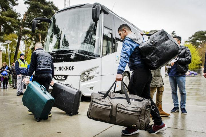 2016-04-26 13:12:43 NIJMEGEN - De laatste vluchtelingen verlaten tentenkamp Heumensoord. Bewoners worden over heel Nederland verspreid naar noodopvanglocaties en asielzoekerscentra. ANP REMKO DE WAAL