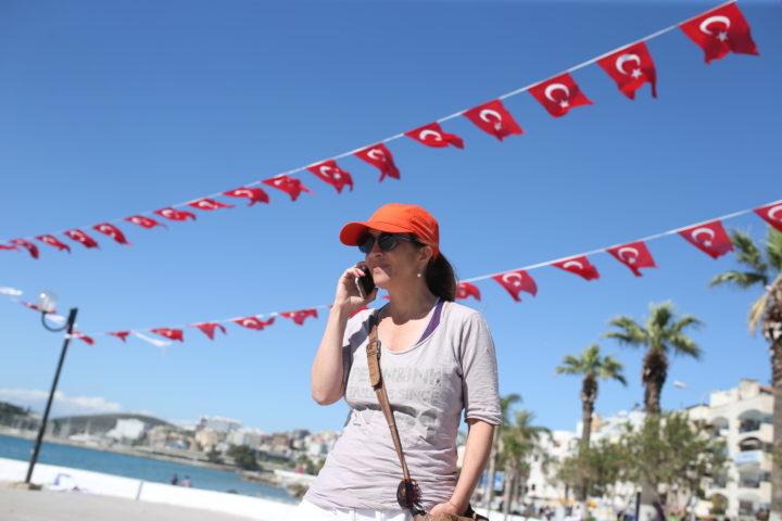 2016-04-25 14:29:38 KUSADASI - Metro-columniste Ebru Umar voert een telefoongesprek op de boulevard langs het strand, de dag na haar vrijlating. De Nederlandse van Turkse afkomst werd in haar buitenhuis door de politie van haar bed gelicht. Vervolgens werd ze aangeklaagd voor het beledigen van president Erdogan. Ze mag Turkije voorlopig niet verlaten. ANP