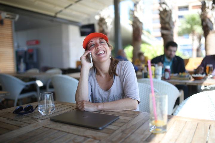 2016-04-25 14:29:38 KUSADASI - Metro-columniste Ebru Umar voert een telefoongesprek op een terras aan het strand, de dag na haar vrijlating. De Nederlandse van Turkse afkomst werd in haar buitenhuis door de politie van haar bed gelicht. Vervolgens werd ze aangeklaagd voor het beledigen van president Erdogan. Ze mag Turkije voorlopig niet verlaten. ANP