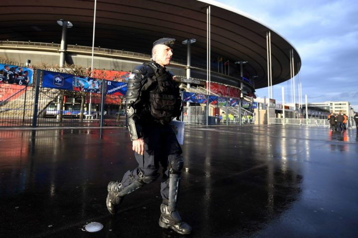 2016-03-29 17:15:18 A French national police officer patrols ahead of the international friendly football match between France and Russia outside the Stade de France in Saint-Denis, north of Paris, on March 29, 2016.  AFP PHOTO / FRANCK FIFE