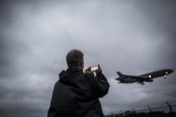 2016-05-23 21:32:59 Marssum - Vliegtuigspotters kijken vanaf een spottersplek naar de aankomst van de Joint Strike Fighter (JSF of F-35) bij Vliegbasis Leeuwarden. ANP SIESE VEENSTRA