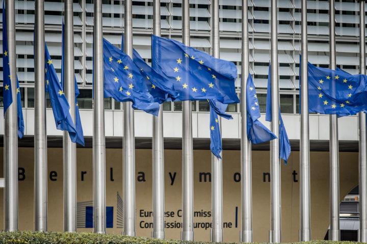 2016-03-22 13:32:21 BRUSSEL - Vlaggen halfstok bij het Berlaymont gebouw, het hoofdkantoor van de Europese Commissie, na de terreuraanslagen in de Belgische hoofdstad. ANP JONAS ROOSENS
