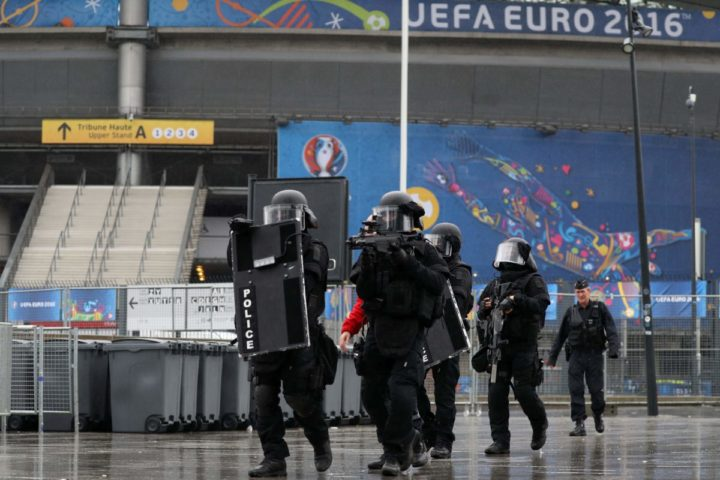 "2016-05-31 10:59:21 Members of the Raid special intervention unit of the French police take part in a terrorist attack mock exercise on May 31, 2016 near the Stade de France in Saint-Denis, France. France said on May 25 it will deploy more than 90,000 police and security guards for Euro 2016, vowing to do ""everything possible to avoid a terrorist attack"" during the football tournament that starts next month. / AFP PHOTO / KENZO TRIBOUILLARD"