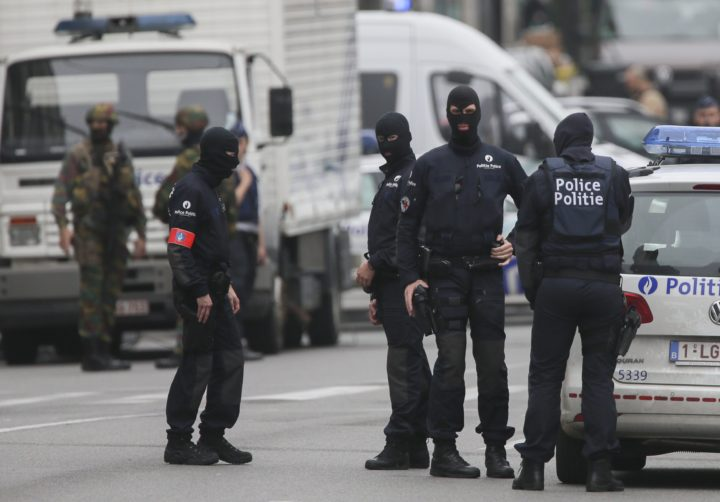 2016-06-21 07:36:34 epa05380676 Police officers block the access to City 2 shopping mall during an anti-terrorist operation in Brussels, Belgium, 21 June 2016. According to local media reports, a suspect wearing an alleged explosive belt has been arrested following a bomb alert. EPA/OLIVIER HOSLET
