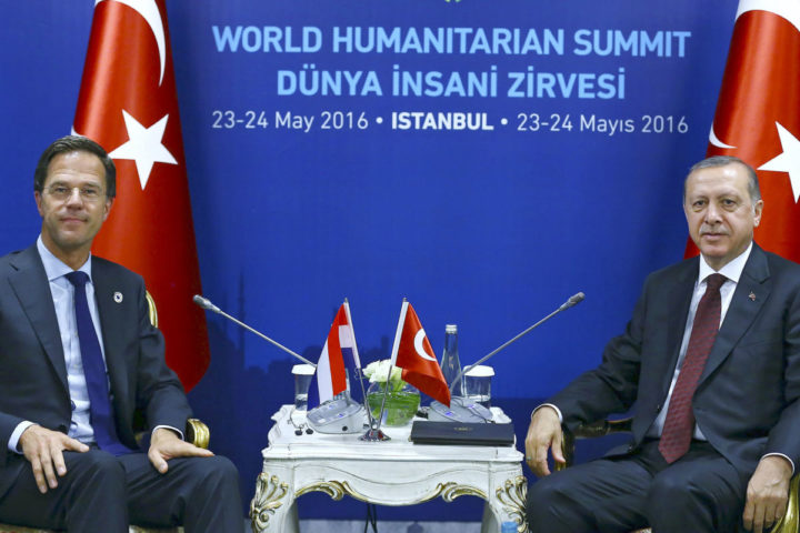 2016-05-23 11:51:27 epa05324903 A handout picture provided by the Turkish President Press office shows Turkish President Recep Tayyip Erdogan (R) and Dutch Prime Minister Mark Rutte (L) sit for a meeting at the World Humanitarian Summit, in Istanbul, Turkey, 23 May 2016. World leaders meet on 23 and 24 May 2016 in Istanbul for an inaugurational summit on common humanity and to prevent and reduce human suffering. EPA/TURKISH PRESIDENT PRESS OFFICE / HANDOUT HANDOUT EDITORIAL USE ONLY/NO SALES