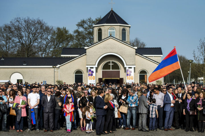 2015-04-24 17:54:13 ALMELO - Leden van Comité 1915, de stichting Armeense Genocide Monument Almelo en de Armeens Apostolische Kerk herdenken de Armeense genocide die honderd jaar geleden begon. ANP REMKO DE WAAL